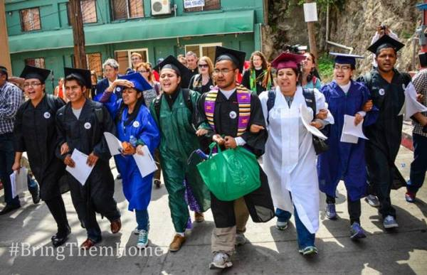 Dream9 Marching to the Nogales, AZ Port of Entry | Photo/National Immigration Youth Alliance